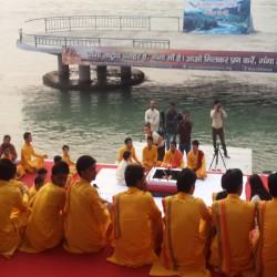 Ganj Nehri kenarında akşam Aarti töreni